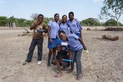 Ευτυχή της Ναμίμπια παιδιά σχολείου που περιμένουν ένα μάθημα Στοκ Εικόνα