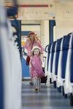 Ευτυχή τρεξίματα μικρών κοριτσιών μακρυά από τη μητέρα της στο τραίνο Στοκ φωτογραφία με δικαίωμα ελεύθερης χρήσης