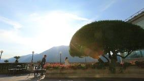 Ευτυχή τρεξίματα νεόνυμφων στη νύφη του στο θερινό πεζούλι Lale Como, Ιταλία honeymoon απόθεμα βίντεο