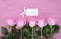 Ευτυχή τριαντάφυλλα και τσάι ημέρας μητέρων ρόδινα Στοκ φωτογραφία με δικαίωμα ελεύθερης χρήσης