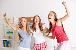Ευτυχή φίλοι ή κορίτσια εφήβων που έχουν τη διασκέδαση στο σπίτι στοκ φωτογραφίες με δικαίωμα ελεύθερης χρήσης