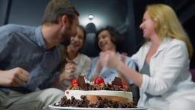 Ευτυχή φυσώντας κεριά αγοριών χαμόγελου στο κέικ γενεθλίων της παιδιά που περιβάλλονται από την οικογένειά τους birthday cake can φιλμ μικρού μήκους