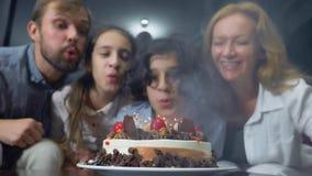 Ευτυχή φυσώντας κεριά αγοριών χαμόγελου στο κέικ γενεθλίων της παιδιά που περιβάλλονται από την οικογένειά τους birthday cake can στοκ εικόνες με δικαίωμα ελεύθερης χρήσης