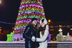 Ευτυχή χέρια εκμετάλλευσης ανδρών και γυναικών στο υπόβαθρο χριστουγεννιάτικων δέντρων στοκ εικόνα με δικαίωμα ελεύθερης χρήσης