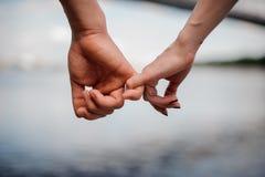 Ευτυχή χέρια εκμετάλλευσης ζευγών από κοινού Στοκ Εικόνες