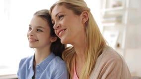 Ευτυχή χαμογελώντας μητέρα και κορίτσι στο σπίτι απόθεμα βίντεο