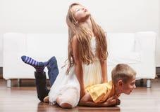 Ευτυχή χαριτωμένα μικρό κορίτσι και αγόρι παιδιών που έχουν τη διασκέδαση Στοκ Εικόνα