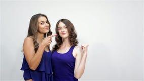 Ευτυχή χαριτωμένα νέα ελκυστικά κορίτσια με τους αντίχειρες επάνω απόθεμα βίντεο