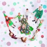 Ευτυχή Χριστούγεννα οικογενειακού εορτασμού ένα στρογγυλό δέντρο Cristmas Στοκ εικόνες με δικαίωμα ελεύθερης χρήσης