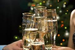 Ευτυχή Χριστούγεννα. Χέρια ανθρώπων με τα γυαλιά Στοκ εικόνες με δικαίωμα ελεύθερης χρήσης