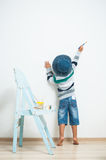 Ευτυχή χρώματα παιδιών με το χρώμα Στοκ Φωτογραφία