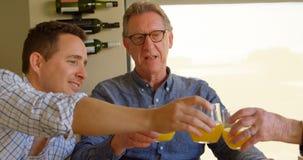Ευτυχή ψήνοντας ποτήρια γιων και μητέρων του χυμού στο σπίτι 4k απόθεμα βίντεο