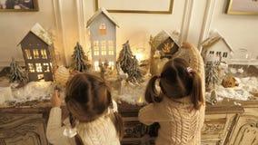 Ευτυχή όμορφα κορίτσια llittle με τα Χριστούγεννα και τα νέες παιχνίδια και τις διακοσμήσεις έτους φιλμ μικρού μήκους