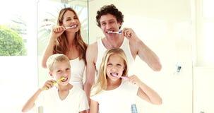 Ευτυχή δόντια οικογενειακής πλύσης από κοινού απόθεμα βίντεο