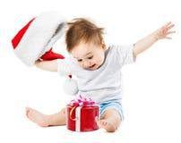 Ευτυχή δώρα μωρών στα Χριστούγεννα με τη ρίψη του καπέλου του Στοκ Φωτογραφίες