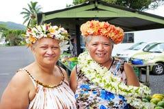 Ευτυχή ώριμα χαμόγελα γυναικών των Islander Cook στη κάμερα στοκ φωτογραφία