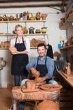 Ευτυχή artisans στο εργαστήριο κεραμικής Στοκ Φωτογραφία