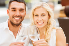 Ευτυχή clinking γυαλιά ζευγών στο σαλόνι εστιατορίων Στοκ Φωτογραφία