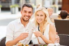 Ευτυχή clinking γυαλιά ζευγών στο σαλόνι εστιατορίων Στοκ Εικόνες
