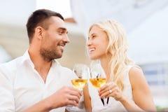 Ευτυχή clinking γυαλιά ζευγών στο σαλόνι εστιατορίων Στοκ εικόνα με δικαίωμα ελεύθερης χρήσης