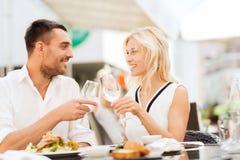 Ευτυχή clinking γυαλιά ζευγών στο σαλόνι εστιατορίων Στοκ Φωτογραφίες