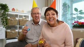 Ευτυχή Grandpa και Grandma συγχαίρουν τα παιδιά τους χρησιμοποιώντας χρόνια πολλά την τηλεοπτική κλήση lap-top απόθεμα βίντεο