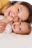 Ευτυχή mom και μωρό Στοκ Φωτογραφίες