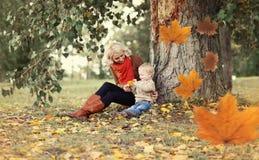 Ευτυχή mom και παιδί που παίζουν και που έχουν τη διασκέδαση από κοινού Στοκ εικόνες με δικαίωμα ελεύθερης χρήσης