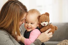 Ευτυχή mum και μωρό με τη teddy άρκτο Στοκ Εικόνες