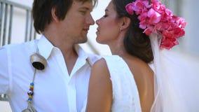 ευτυχή newlyweds Ελλάδα Τρυφερότητα των συναισθημάτων απόθεμα βίντεο