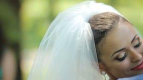 Ευτυχή newlyweds ερωτευμένα στο πάρκο Το πορτρέτο ενός ευτυχούς το ζεύγος ευτυχής εκλεκτής ποιότητας γάμος ημέρας ζευγών ιματισμο απόθεμα βίντεο
