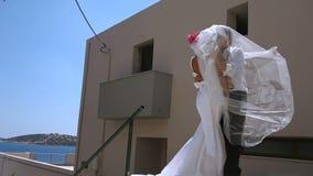 Ευτυχή newlyweds σε έναν μήνα του μέλιτος απόθεμα βίντεο