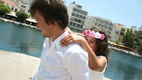 Ευτυχή newlyweds σε έναν μήνα του μέλιτος φιλμ μικρού μήκους