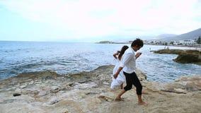 Ευτυχή newlyweds στην παραλία απόθεμα βίντεο