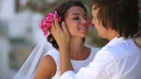 Ευτυχή newlyweds στη ημέρα γάμου τους Ύφος Boho Ελλάδα απόθεμα βίντεο