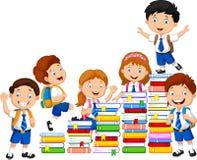 Ευτυχή schoolkids που παίζουν με το σωρό των βιβλίων ελεύθερη απεικόνιση δικαιώματος