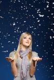 ευτυχή snowflakes κοριτσιών Στοκ φωτογραφία με δικαίωμα ελεύθερης χρήσης