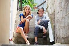 Ευτυχή teens υπαίθρια στοκ εικόνα