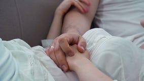 Ευτυχία γάμου αφής επικοινωνίας οικογενειακής αγάπης απόθεμα βίντεο