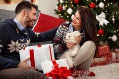 Ευτυχία για τη Παραμονή Χριστουγέννων στο σπίτι στοκ εικόνες