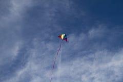 Ευτυχία, ικτίνος των χρωμάτων ουράνιων τόξων σε έναν μπλε ουρανό με το ανοιχτό λευκό ελεύθερη απεικόνιση δικαιώματος