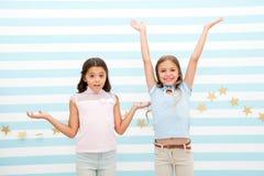 Ευτυχία και έκπληξη ευτυχία και έκπληξη των μικρών παιδιών τα μικρά παιδιά εκφράζουν τις φωτεινές συγκινήσεις Το κάναμε στοκ εικόνες