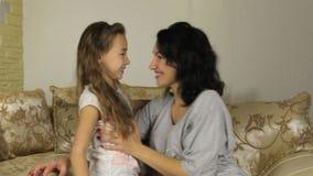 Ευτυχία μητέρων και κορών, χαμόγελο και φιλί φιλμ μικρού μήκους