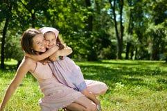 ευτυχία παιδιών η μητέρα τη&sig Στοκ Εικόνες