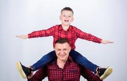 Ευτυχία που είναι πατέρας του αγοριού r r Παράδειγμα πατέρων του ευγενούς ανθρώπου Οικογενειακός χρόνος o Πατέρας στοκ φωτογραφίες
