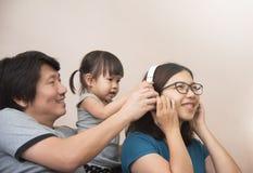 Ευτυχία της ασιατικής οικογένειας με το νέο πατέρα, μητέρα και ελάχιστα στοκ φωτογραφία