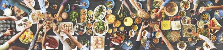 Ευτυχία φίλων που απολαμβάνει Dinning που τρώει την έννοια ελεύθερη απεικόνιση δικαιώματος