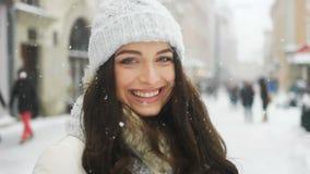 Ευτυχία, χειμερινές διακοπές, έννοια Χριστουγέννων, ποτών και ανθρώπων - ελκυστική όμορφη κυρία που θέτει και που φλερτάρει επάνω απόθεμα βίντεο