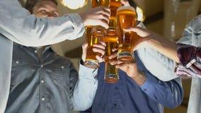 Ευτυχείς άνθρωποι που τα γυαλιά μπύρας, εορτασμός της επιτυχούς υπογραφής συμβάσεων απόθεμα βίντεο