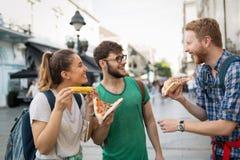Ευτυχείς άνθρωποι που τρώνε το γρήγορο φαγητό στην πόλη Στοκ εικόνα με δικαίωμα ελεύθερης χρήσης